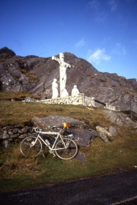 The memorial to famine victims at the top of the Healy Pass, the road through the mountains between Cork and Kerry. Once called the Kerry Pass, re-named for the first president of the Irish Free State. Photo: Sludge G (CC).